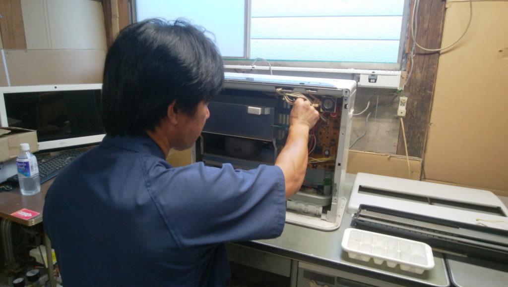 ストーブを掃除するスタッフ